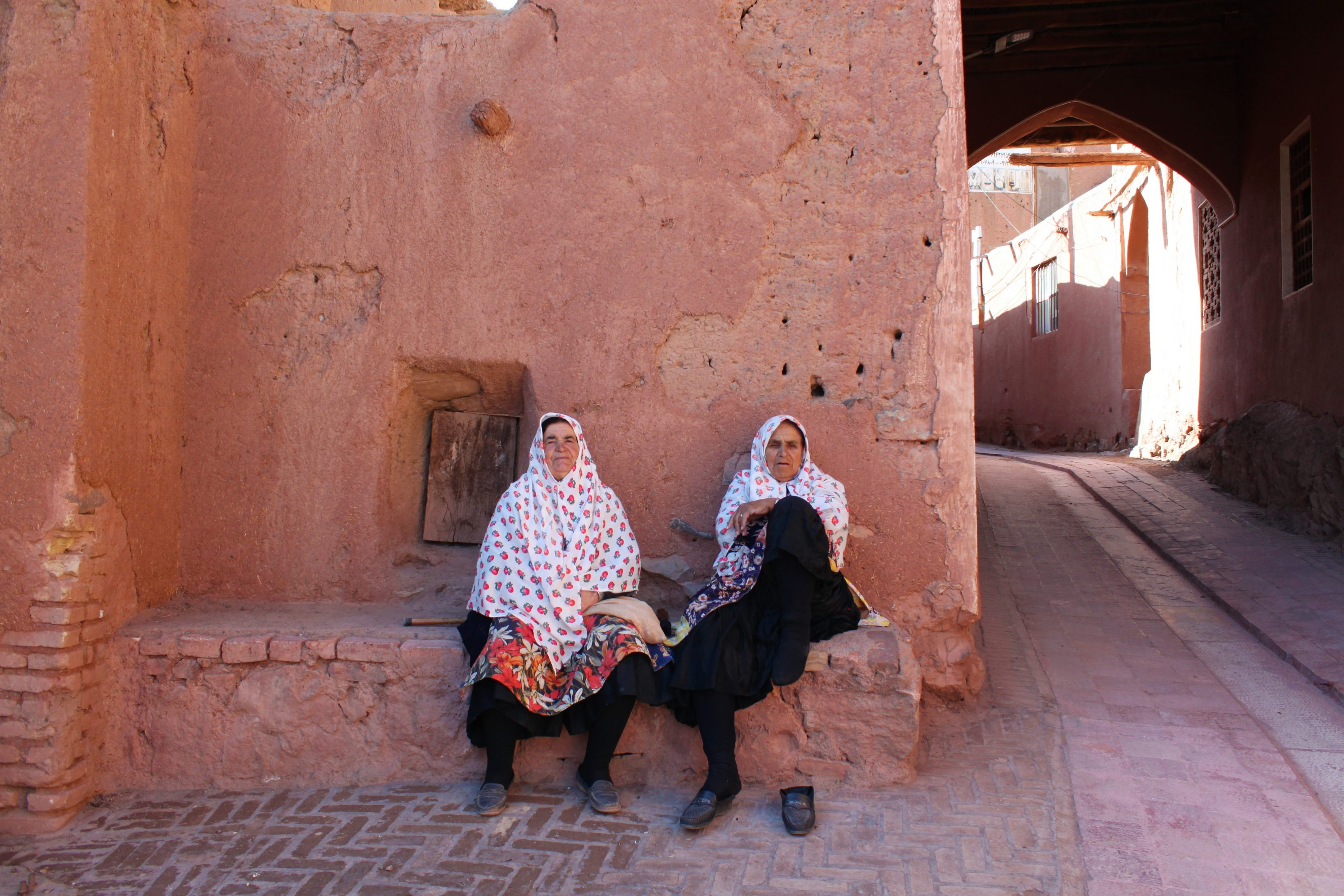 sitting on wall abyaneh